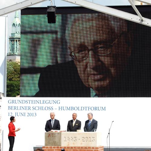 © Stiftung Berliner Schloss – Humboldtforum/BILDSCHÖN – Hier geht es zur Phoenix-Übertragung: Grundsteinlegung am 12. Juni 2013
